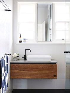 Meuble suspendu pour désencombrer le sol    http://www.homelisty.com/astuces-gain-de-place-petite-salle-de-bains/