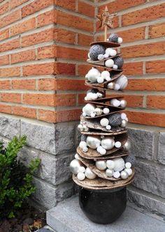Un magnifique sapin de Noël alternatif (rondelles d'écorce de bouleau et boules de Noël) à placer à l'extérieur ou dans le jardin.