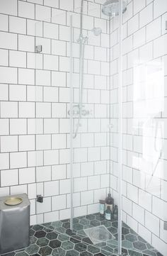 Nyrenoverat duschrum med hexagoner av marmor