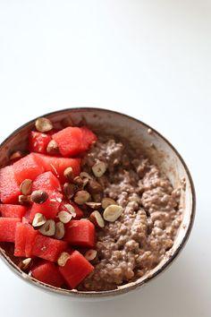 Få opskriften på min yoga-venlige kakao-ris-chiagrød der giver god energi til yoga, uden at tynge dig, og som er vegansk og rig på sunde omega-3 fedtsyrer.