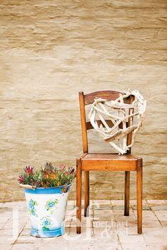Vorm: stoel en plantenbak Restvorm: houten muur