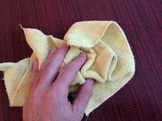 3. Limpar Em seguida limpe toda madeira com um pano macio levemente umedecido em água, e espere secar bem;