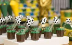veja 18 ideias para a festa - Birthday FM : Home of Birtday Inspirations, Wishes, DIY, Music & Ideas Soccer Birthday Parties, Soccer Party, Sports Party, 60th Birthday, Soccer Ball, Soccer Theme, Football Themes, Party Decoration, Birthday Decorations