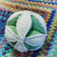 お知り合いの赤ちゃんのためにおもちゃを編んで欲しい、と頼まれました。洗えるもの、というのが条件です。 ボールとかはどう?と提案されたのですが、綿を詰めた球体は洗濯後に中まで乾かすのが大変そう。そこで思いついたのが上の写真のパズルボールです。 《目次》 パズルボールは伝統的なパターン パズルボールの作り方 カラフルにしたら知育おもちゃになるかも 1.パズルボールは伝統的なパターン 「パズルボール」って聞いたことはありますか? 「Amish Puzzle Ball」とも言われています。 20年以上前になりますが、私はパッチワークで作ったことがあります。 起源は調べがつかなかったのですが、アーミッシ…