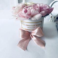 Comprar Peonias en Madrid - Floristeria Lujo de Caja de Rosas Madrid Madrid, Napkins, Shopping, Luxury, Seasons, Flowers, Towels, Dinner Napkins