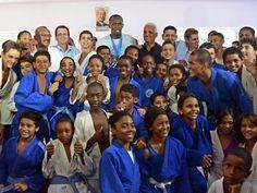 """Usain Bolt - """"No Brasil, o futebol é o principal esporte. Então, eu acredito que muitos talentos que vão tentar o futebol poderiam correr também, se o atletismo fosse grande no país, mas todos gravitam em direção ao futebol. Na Jamaica, o atletismo é o grande esporte, então todos gravitam nessa direção, por isso continuamos a produzir um número tão significativo de grandes atletas"""", enfatizou."""