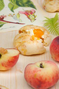 Quarkbrötchen mit wildem Pfirsich zum Frühstück, zum Kaffee oder zum Picknick