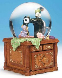 "snow globe with music box: Mice with a sewing machine. Music: Polonaise      When the drawer opens, you will hear the melody ""Polonaise"".    And the scene at the ball rotates.    Poly Stone (stone resin). Plays with mechanical movement. Melody: Polonaise. Approximately 16 cm height. Collectors items, http://www.sammler-und-hobbyshop.eu/epages/62040353.sf/en_AU/?ViewObjectID=166675"
