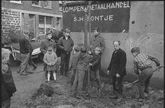 Rotterdam Kralingen Crooswijk...Kinderen planten een boom in de Rubroekstraat naast de Lompen & Metaalhandel S.H.Bontje op nr 67 ..(1967)...Zou de (zelfde) boom er nog staan?....L.Loe