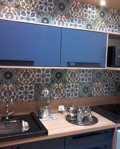 Ideia de cozinha linda com Black Sea lá na @materialipelotas.  #cozinha #interiores #blue #decortiles