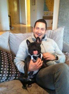 Sasha Roiz. Zo Funny with a Franse bulldog