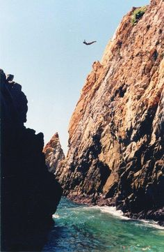 Cliff Divers in Acapulco, Mexico Great Places, Places To See, Beautiful Places, Puerto Vallarta, Riviera Maya, Tequila Guadalajara, Pretty Pictures, Cool Photos, Cliff Diving