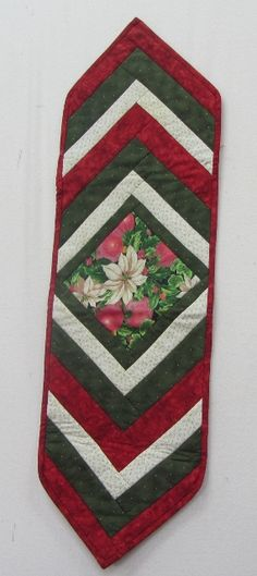 No instructions or sizes but could try anyway. Looks self explanatory Christmas Quilt Patterns, Christmas Placemats, Christmas Runner, Christmas Crafts For Gifts, Christmas Table Settings, Christmas Sewing, Christmas Quilting, Patchwork Table Runner, Table Runner And Placemats