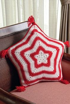 Crochet star pillow ♥LCP♥ with diagrams Crochet Stars, Crochet Flowers, Tie Pillows, Fillet Crochet, Knitted Cushions, Crochet Home Decor, Crochet Pillow, Christmas Knitting, Crochet For Beginners