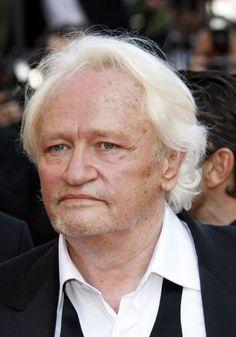 Niels Arestrup   (1949). Il est né à Montreuil. Son père est danois et sa mère française. Il fait des études secondaires convenables et aura la vocation de devenir acteur en voyant Tania Balachova à la TV, il suivra ses cours et débutera au théâtre, il conservera la passion...
