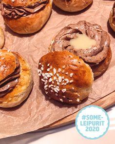 Someleipurimme Anette otti haasteen vastaan ja liukui laskiaiseen valkosuklaisella chai latte -pullalla. 🤤  Myllyn Paras haastoi someleipurimme leipomaan 2020-luvun laskiaispullan. Anette tarttui tuumasta toimeen ja pyöräytti pullat, joiden resepti on taikinaa myöden itse suunniteltu! Chai, Latte, Hamburger, Waiting, Muffin, Bread, Breakfast, Food, Morning Coffee