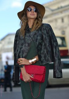 #streetstyle#fashionweek#fashionweekparis http://seance-photo.photosfashion.com/post/112822300565/fashion-week-paris-balmain