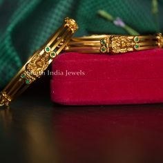 Plain Gold Bangles, Gold Bangles Design, Gold Jewellery Design, Gold Jewelry, Bridal Jewellery, Diamond Jewelry, Bangle Bracelets With Charms, Bangle Set, Antique Jewellery Designs