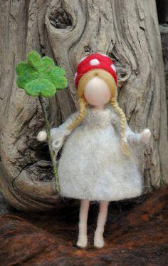 Dies ist ein Waldorf inspirierte Charaktere der Geschichte: die Kinder des Waldes. Sie bestehen aus Wolle von der Nadelfilz Technik. Es wird erstellt, um eine friedliche und harmonische Bild, die kommuniziert mit der Seele durch seine Farben, Texturen, Formen und Energie. Abmessungen: 6,5