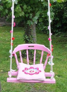Super leuk idee. In de kringloop koop je een vintage stoel. Je zaagt de poten er onder vandaan en je hebt een vrolijke schommel!!!!