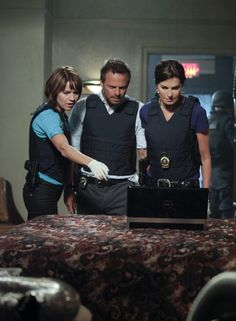 CSI: NY Everyone working together to solve the mystery.