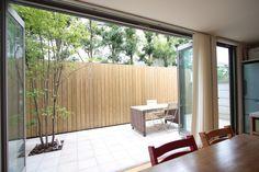 一戸建て住宅のいいところは外部空間も楽しめることです。自然に触れ合う機会を暮らしの中でもてるということはとても幸せなことですよね。 こちらの住宅ではリビングダイニングにつながるテラスを設けました。お客様… Indoor Outdoor, Outdoor Living, Outdoor Decor, Home Living Room, Living Room Decor, Zen Interiors, Backyard, Patio, Dream House Exterior