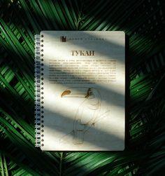 """Деревянный блокнот """"Тукан"""" станет достойным оформлением ваших идей, а также будет навевать самые теплые ощущения. Формат А5. 50 страниц ручного труда. Мастерская Новая страница Notebook, Cover, Books, Art, Toco Toucan, Dragons, Art Background, Libros, Book"""