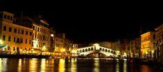 Rialto Köprüsü eşliğinde gece