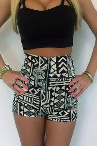perfect daytime outfit for vegas or Coachella ! black crop top and printed high waisted shorts Fashion Mode, Look Fashion, Teen Fashion, Fashion Outfits, Fasion, Looks Style, Style Me, Look Con Short, Look 2015