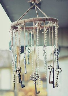 Shabby chic is a soft, feminine and romantic way of decoration style that looks comfortable and inviting. Are you passionate about the shabby chic interior design and decoration? Check out these awesome shabby chic decor diy ideas & projects. Casas Shabby Chic, Estilo Shabby Chic, Vintage Shabby Chic, Vintage Style, Vintage Keys Decor, Antique Decor, Vintage Items, Shabby Chic Yard Ideas, Shabby Chic Outdoor Decor