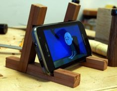 milo_standhttp-japanese-joinery-inspired-smartphone-stand