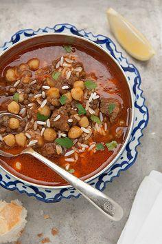 L'harira è una zuppa tradizionale della cucina berbera, in particolare marocchina, che i musulmani preparano in occasione del Ramadan: si tratta infatti di un piatto molto nutriente, arricchito con carne e legumi, che si mangia per rompere il digiuno. E' praticamente come un intero pasto in una sola pentola.