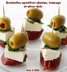 Ingredients: * Chorizo * Goat cheese or feta cheese * Green olives * Parsley * Wooden picks - Best Appetizers Sausage Appetizers, Skewer Appetizers, Finger Food Appetizers, Best Appetizers, Appetisers, Finger Foods, Appetizer Recipes, Latin Food, Gluten Free Puff Pastry