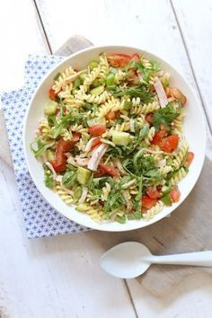 Fancy a tasty (pasta) salad? Then make this variation with pesto, arugula and cucumber. The pasta salad is delicious as a quick supper, as an accompaniment A Food, Good Food, Food And Drink, Yummy Food, Barbecue Recipes, Grilling Recipes, Salade Caprese, Pasta Salad Recipes, Pork Ribs