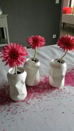 DIY Geverfde colablikjes als vaasje - DIY coca cola cans vases Flower Decorations, Table Decorations, Centerpieces, Deco Table Noel, Diy And Crafts, Arts And Crafts, Diy Y Manualidades, Deco Floral, Diy Art