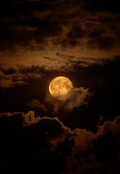 """Es el error de la #Luna: Se acerca a la Tierra más de lo requerido... Y enloquece a los hombres. –W. Shakespeare, en """"Otelo"""""""