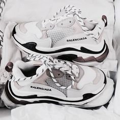 𝓼𝓾𝓼𝓪𝓷𝓼𝓲𝓷𝓼𝓹𝓲𝓻𝓪𝓽𝓲𝓸𝓷 - fashion – shoes – balenciaga – white – grey – goals – inspiration – sneakers – stylish – vogue – inspo Source by mayazerrati - Moda Sneakers, Shoes Sneakers, Shoes Heels, Sock Shoes, Sneakers Addict, Adidas Shoes, Balenciaga Sneakers, Balenciaga Dress, Sneakers Fashion
