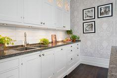 Navigate to this internet site Scandi Kitchen Kitchen Dining, Kitchen Decor, Kitchen Cabinets, Classic Interior, Furniture Styles, Beautiful Interiors, Decoration, Kitchen Remodel, Countertops