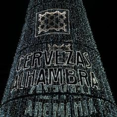 Árbol de navidad @cervezasalhambra_es  plaza del Humilladero Granada  . #arboldenavidad #granada #navidad #christmastree #christmaslights #christmas #spain #spain #travel #travelingtheworld #andalucia #andalusia #trip #traveling #trip #pics #instapic #instmoments #arboldenavidad #beer #cerveza #cervezasalhambra #cervezas