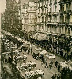 Los 115 años de la Avenida de Mayo - LA NACION Centenario, Paris Skyline, Life Is Good, Louvre, Country, Building, Travel, Vintage, Map