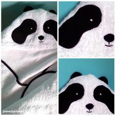 Toalla con capucha de oso panda.