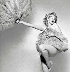 Marilyn @MarilynDiary: Marilyn Monroe, teasing and dancing with giant feather fans. pic.twitter.com/pNw5m0WcV8   Original: twitter.com/MarilynDiary/status/492852740138098688