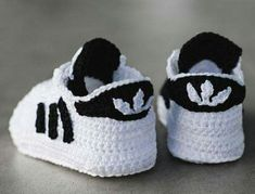 The Crochet Baby Converse Sneakers Free Pattern and Video Tutorial are great to make cute baby booties for new parents or your own baby. Crochet Baby Boots Pattern, Booties Crochet, Crochet Baby Clothes, Crochet Baby Shoes, Crochet For Boys, Crochet Slippers, Baby Booties, Knit Crochet, Crochet Patterns