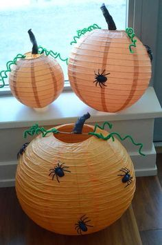 easy to do Halloween decoration using paper lanterns and spider toys