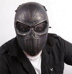 Masque airsoft en forme de crâne osseux, de couleur noir avec effet décoloré doré, toujours avec les grilles de protections pour les yeux, les sangles élastiques. Utilisable toujours pour les airsofts, les parties de paintball, etc..