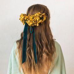 'Velvet', felpa, bayas silvestres o flores-pompón: Así son los tocados para novias e invitadas que se llevan en otoño - Foto 1