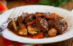 Boeuf bourguignon léger ww, un savoureux mijoté de boeuf traditionnel à la sauce au vin rouge accompagné de légumes, champignons et lardons.