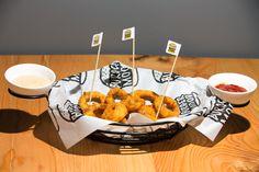 Ev yapımı doğal ve lezzetli soğan halkası Burger Mood Manavgat Burger, Waffles, Cheese, Breakfast, Food, Morning Coffee, Essen, Waffle, Meals