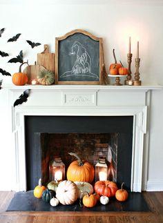 On n'oublie pas décorer la cheminée pour Halloween : bougies, potirons, coloquintes, tableau noir..