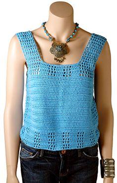 Regata de crochê em Touché tem fendas na costura lateral, alças largas e um comprimento curto.